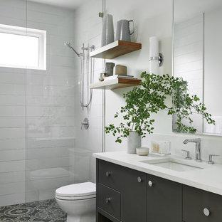На фото: с высоким бюджетом ванные комнаты среднего размера в современном стиле с фасадами островного типа, серыми фасадами, открытым душем, унитазом-моноблоком, белыми стенами, полом из цементной плитки, душевой кабиной, настольной раковиной, столешницей из кварцита, серым полом, открытым душем и белой столешницей