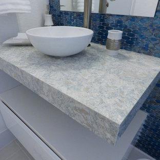 Foto di un'ampia stanza da bagno contemporanea con ante lisce, ante grigie e pavimento in marmo