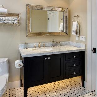 Foto de cuarto de baño con ducha, de estilo americano, de tamaño medio, con armarios estilo shaker, puertas de armario negras, sanitario de dos piezas, baldosas y/o azulejos blancas y negros, baldosas y/o azulejos grises, paredes beige, suelo de linóleo, lavabo bajoencimera y encimera de mármol