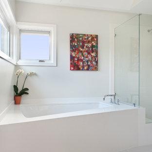 Foto på ett funkis badrum, med ett undermonterat badkar