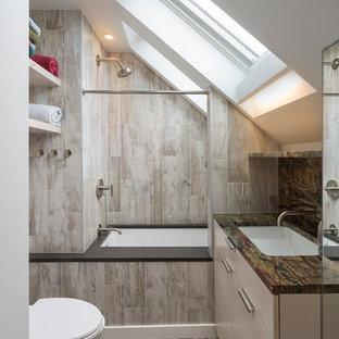 Kleines Modernes Badezimmer mit flächenbündigen Schrankfronten, beigen Schränken, Unterbauwanne, Duschnische, beigefarbenen Fliesen, braunen Fliesen, weißer Wandfarbe, Kiesel-Bodenfliesen, Unterbauwaschbecken und Duschvorhang-Duschabtrennung in Boston