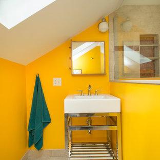 Ispirazione per una piccola stanza da bagno con doccia minimal con pareti gialle, lavabo a consolle, doccia ad angolo, piastrelle beige, piastrelle in ceramica, pavimento con piastrelle in ceramica e WC a due pezzi