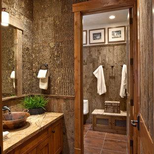Diseño de cuarto de baño rural con lavabo sobreencimera y encimeras marrones