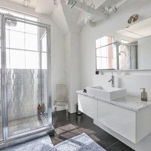 Immagine di una stanza da bagno con doccia industriale di medie dimensioni con ante lisce, ante bianche, doccia ad angolo, piastrelle in metallo, pareti bianche, lavabo a bacinella, porta doccia a battente e pavimento marrone