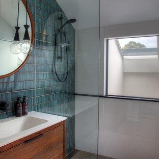 Ispirazione per una stanza da bagno design con consolle stile comò, ante in legno scuro, doccia a filo pavimento, piastrelle verdi, piastrelle bianche, piastrelle a mosaico, pareti bianche, lavabo a consolle, pavimento beige e doccia aperta