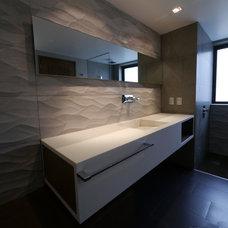 Modern Bathroom by Alejandro Maya