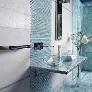 Ispirazione per una piccola stanza da bagno padronale mediterranea con top piastrellato, piastrelle blu, piastrelle in pietra, pareti bianche, pavimento in cemento e lavabo sospeso