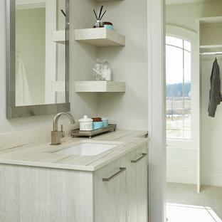 Ispirazione per una stanza da bagno per bambini chic di medie dimensioni con ante lisce, ante in legno chiaro, top in legno, pareti beige, pavimento in gres porcellanato, lavabo sottopiano, pavimento nero e top beige