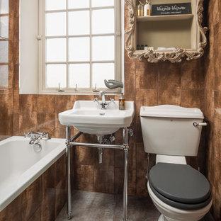 Foto de cuarto de baño infantil, bohemio, con bañera encastrada, sanitario de dos piezas, baldosas y/o azulejos marrones y lavabo tipo consola