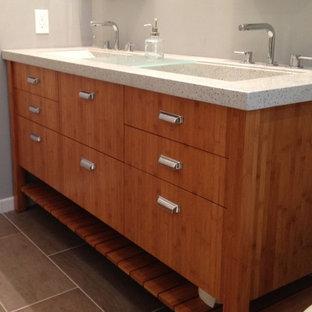 Idee per una grande stanza da bagno padronale minimal con lavabo rettangolare, ante lisce, ante in legno scuro, top in cemento, pareti grigie e pavimento con piastrelle in ceramica