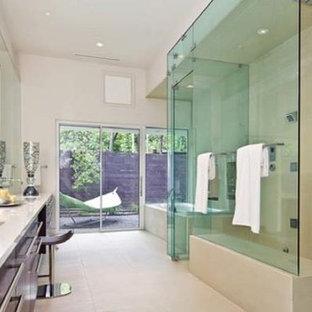 ダラスの広いモダンスタイルのおしゃれなマスターバスルーム (フラットパネル扉のキャビネット、濃色木目調キャビネット、ドロップイン型浴槽、ダブルシャワー、白い壁、一体型シンク、珪岩の洗面台) の写真