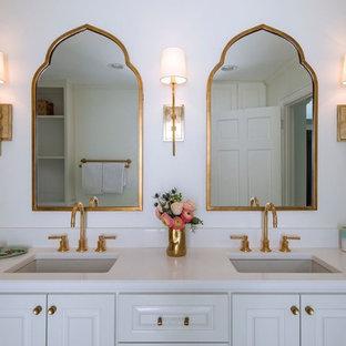 ナッシュビルのエクレクティックスタイルのおしゃれなマスターバスルーム (白い壁、レイズドパネル扉のキャビネット、白いキャビネット、置き型浴槽、アルコーブ型シャワー、一体型トイレ、セメントタイルの床、アンダーカウンター洗面器、珪岩の洗面台、ターコイズの床、開き戸のシャワー) の写真