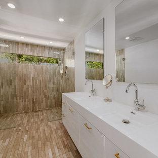 Idee per una grande stanza da bagno con doccia mediterranea con zona vasca/doccia separata, pareti bianche, ante lisce, WC monopezzo, lavabo integrato e doccia aperta