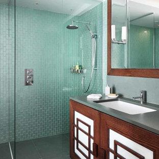 Imagen de cuarto de baño infantil, de estilo zen, de tamaño medio, con armarios con paneles empotrados, puertas de armario de madera en tonos medios, ducha esquinera, baldosas y/o azulejos azules, baldosas y/o azulejos verdes, lavabo integrado, suelo gris, ducha abierta y encimeras grises