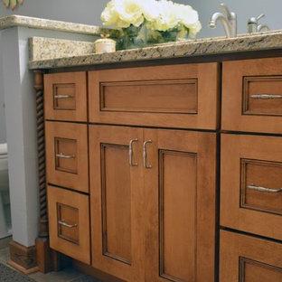 Inredning av ett klassiskt mellanstort badrum med dusch, med skåp i shakerstil, skåp i mellenmörkt trä, en toalettstol med hel cisternkåpa, grå väggar, klinkergolv i keramik, ett undermonterad handfat och granitbänkskiva