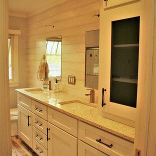 Ispirazione per un'ampia stanza da bagno padronale stile marino con ante in stile shaker, ante blu, piastrelle bianche, piastrelle in ceramica, lavabo sottopiano e top in vetro riciclato