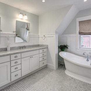 Foto di una stanza da bagno padronale stile americano di medie dimensioni con ante in stile shaker, ante bianche, pareti bianche, pavimento in legno massello medio, lavabo sottopiano, top in marmo e vasca freestanding