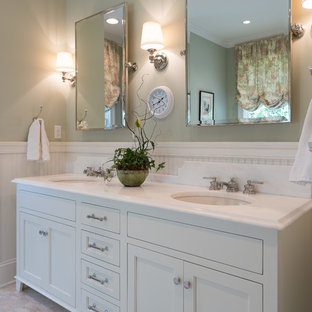 Foto på ett stort vintage en-suite badrum, med skåp i shakerstil, vita skåp, en toalettstol med separat cisternkåpa, gröna väggar, travertin golv, ett undermonterad handfat, bänkskiva i kvarts och beiget golv