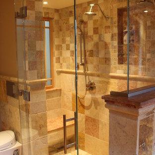 Immagine di una grande stanza da bagno padronale mediterranea con doccia doppia, piastrelle beige, piastrelle di pietra calcarea, pareti beige, pavimento in pietra calcarea, top in pietra calcarea, pavimento beige, porta doccia a battente e top beige
