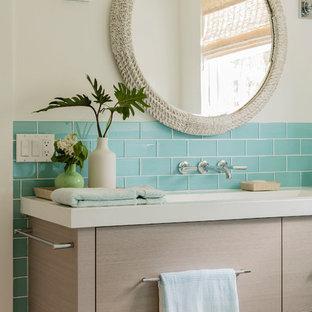 Salle de bain avec un carrelage bleu et un mur beige : Photos et ...