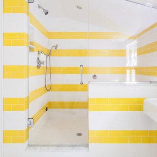 Ispirazione per una stanza da bagno costiera con piastrelle gialle