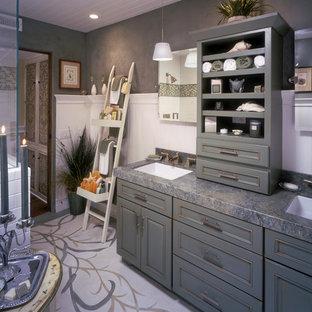 Foto di una stanza da bagno padronale stile marino di medie dimensioni con ante con bugna sagomata, ante verdi, doccia ad angolo, piastrelle bianche, piastrelle diamantate, pareti grigie, lavabo sottopiano, top in granito, pavimento bianco, porta doccia a battente e top grigio