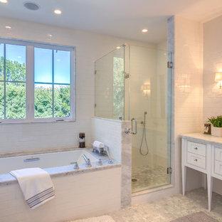 Foto di una stanza da bagno padronale classica di medie dimensioni con ante in stile shaker, ante bianche, vasca sottopiano, doccia alcova, WC monopezzo, piastrelle grigie, piastrelle bianche, piastrelle in gres porcellanato, pareti bianche, pavimento con piastrelle a mosaico, lavabo sottopiano e top in marmo