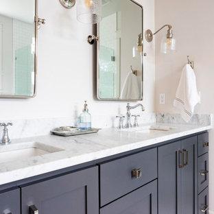 Inredning av ett klassiskt vit vitt badrum, med skåp i shakerstil, grå skåp, vita väggar, ett undermonterad handfat och grått golv
