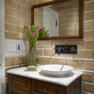 Foto di una piccola stanza da bagno con doccia boho chic con ante con bugna sagomata, ante in legno scuro, doccia alcova, WC a due pezzi, piastrelle beige, piastrelle marroni, piastrelle di vetro, pareti beige e lavabo a bacinella