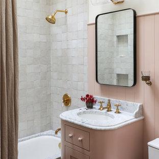Свежая идея для дизайна: ванная комната в классическом стиле с фасадами в стиле шейкер, полновстраиваемой ванной, душем над ванной, белой плиткой, белыми стенами, врезной раковиной, шторкой для душа, белой столешницей, тумбой под одну раковину и встроенной тумбой - отличное фото интерьера