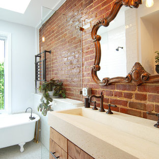 Diseño de cuarto de baño principal, clásico renovado, de tamaño medio, con bañera con patas, armarios con paneles lisos, puertas de armario de madera oscura, ducha abierta, paredes grises, lavabo de seno grande y ducha abierta