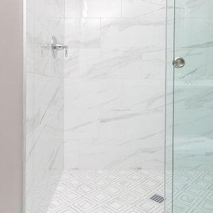 Idéer för mellanstora maritima vitt badrum för barn, med skåp i shakerstil, grå skåp, en hörndusch, en toalettstol med separat cisternkåpa, flerfärgad kakel, porslinskakel, beige väggar, klinkergolv i porslin, ett undermonterad handfat, bänkskiva i kvarts, orange golv och dusch med gångjärnsdörr