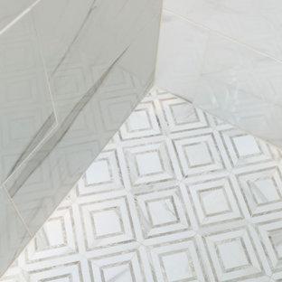 Idee per una stanza da bagno per bambini stile marino di medie dimensioni con ante in stile shaker, ante grigie, doccia ad angolo, WC a due pezzi, piastrelle multicolore, piastrelle in gres porcellanato, pareti beige, pavimento in gres porcellanato, lavabo sottopiano, top in quarzo composito, pavimento arancione, porta doccia a battente, top bianco, panca da doccia, un lavabo e mobile bagno incassato