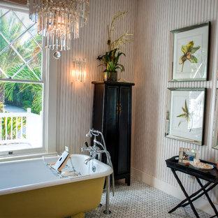 Aménagement d'une petite salle d'eau victorienne avec une baignoire sur pieds, un mur blanc, un placard en trompe-l'oeil, des portes de placard en bois sombre, un combiné douche/baignoire, un sol en carrelage de terre cuite et un sol blanc.