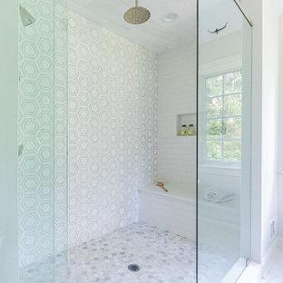 Foto på ett mellanstort vintage vit en-suite badrum, med luckor med infälld panel, grå skåp, ett fristående badkar, en hörndusch, en toalettstol med hel cisternkåpa, flerfärgad kakel, marmorkakel, grå väggar, marmorgolv, ett undermonterad handfat, granitbänkskiva och dusch med gångjärnsdörr