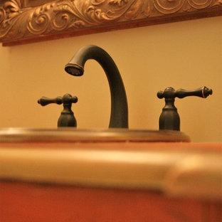 Esempio di una stanza da bagno con doccia classica di medie dimensioni con consolle stile comò e ante rosse