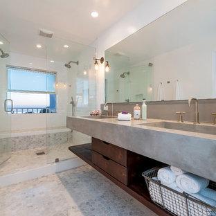 Idéer för maritima en-suite badrum, med ett integrerad handfat, bänkskiva i betong, en dubbeldusch, vit kakel, tunnelbanekakel, mosaikgolv, öppna hyllor, skåp i mörkt trä och vita väggar