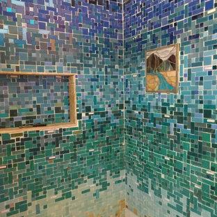 Foto di una stanza da bagno per bambini costiera di medie dimensioni con doccia alcova, piastrelle multicolore, piastrelle di vetro e pareti arancioni