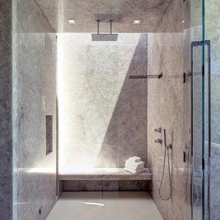Idee per un'ampia stanza da bagno padronale design con doccia a filo pavimento, pavimento con piastrelle in ceramica, pavimento beige e porta doccia a battente