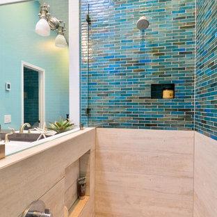 Foto di una stanza da bagno padronale stile marino di medie dimensioni con lavabo da incasso, ante in stile shaker, ante bianche, top in quarzo composito, doccia aperta, piastrelle blu, piastrelle di vetro, pareti blu e pavimento in gres porcellanato