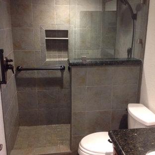 Kleines Rustikales Duschbad mit profilierten Schrankfronten, hellbraunen Holzschränken, Duschnische, Wandtoilette mit Spülkasten, braunen Fliesen, grauen Fliesen, farbigen Fliesen, Steinfliesen, weißer Wandfarbe, Unterbauwaschbecken und Granit-Waschbecken/Waschtisch in San Diego