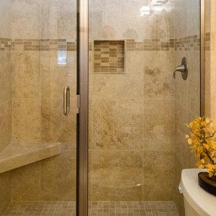 Esempio di una stanza da bagno padronale classica di medie dimensioni con ante con riquadro incassato, ante in legno scuro, doccia alcova, WC a due pezzi, piastrelle beige, piastrelle in ceramica, pareti beige, pavimento in travertino, lavabo da incasso e top in quarzite
