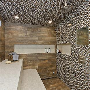 Foto di una grande sauna stile rurale con consolle stile comò, ante con finitura invecchiata, piastrelle a mosaico, top in quarzo composito, WC monopezzo, pareti multicolore, pavimento in gres porcellanato, lavabo sottopiano e piastrelle marroni