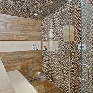 Esempio di una sauna stile rurale di medie dimensioni con ante con riquadro incassato, ante grigie, WC a due pezzi, piastrelle marroni, piastrelle in gres porcellanato, pareti blu, pavimento in gres porcellanato, lavabo sottopiano e top in quarzo composito