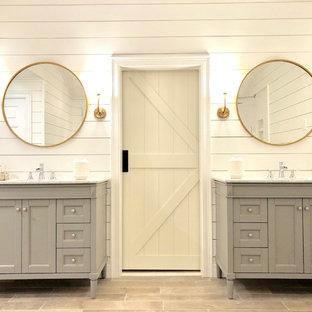Idee per una grande stanza da bagno padronale country con ante con riquadro incassato, ante grigie, pareti bianche, parquet chiaro, lavabo sottopiano, top in granito, pavimento marrone e top bianco