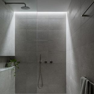 Ejemplo de cuarto de baño minimalista con ducha a ras de suelo, baldosas y/o azulejos grises, suelo gris y ducha abierta