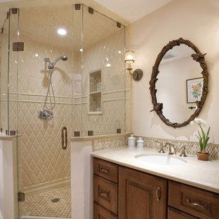 Bild på ett mellanstort vintage en-suite badrum, med luckor med upphöjd panel, skåp i mörkt trä, en hörndusch, beige kakel, vit kakel, gul kakel, beige väggar, klinkergolv i porslin, ett undermonterad handfat, porslinskakel, bänkskiva i kvarts och beiget golv