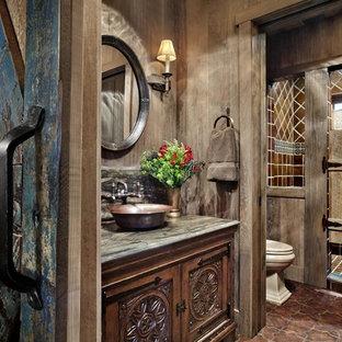 Diseño de cuarto de baño con ducha, rústico, de tamaño medio, con armarios tipo mueble, puertas de armario de madera en tonos medios, ducha abierta, sanitario de dos piezas, baldosas y/o azulejos marrones, baldosas y/o azulejos de cemento, paredes marrones, suelo de azulejos de cemento, lavabo sobreencimera, encimera de cuarzo compacto, suelo rojo y ducha con puerta con bisagras