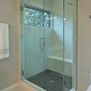 Ispirazione per una stanza da bagno design di medie dimensioni con ante lisce, ante in legno bruno, vasca ad alcova, vasca/doccia, piastrelle verdi, piastrelle a mosaico, pareti beige, pavimento con piastrelle in ceramica, lavabo sottopiano e top in quarzo composito
