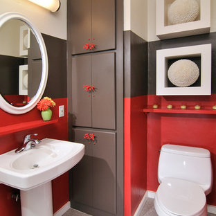 Ejemplo de cuarto de baño principal, moderno, grande, con lavabo con pedestal, sanitario de dos piezas, paredes multicolor, suelo de linóleo, armarios con paneles lisos y puertas de armario marrones